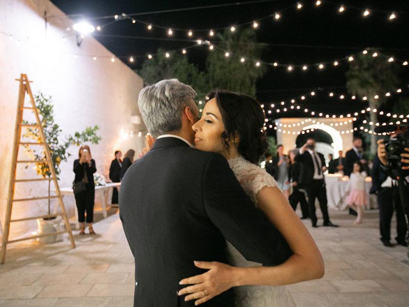 Wedding Apulia sposi abbraccio