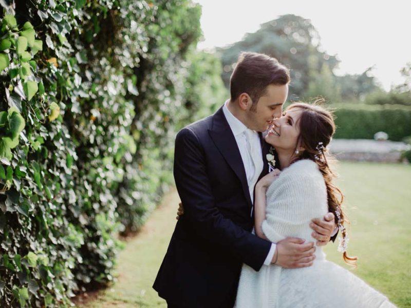 matrimonio chic abbraccio sposi