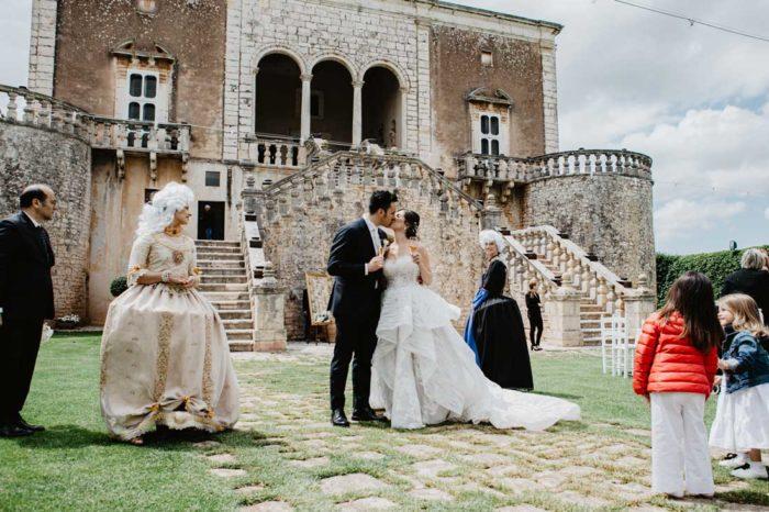 matrimonio glamour bacio sposi