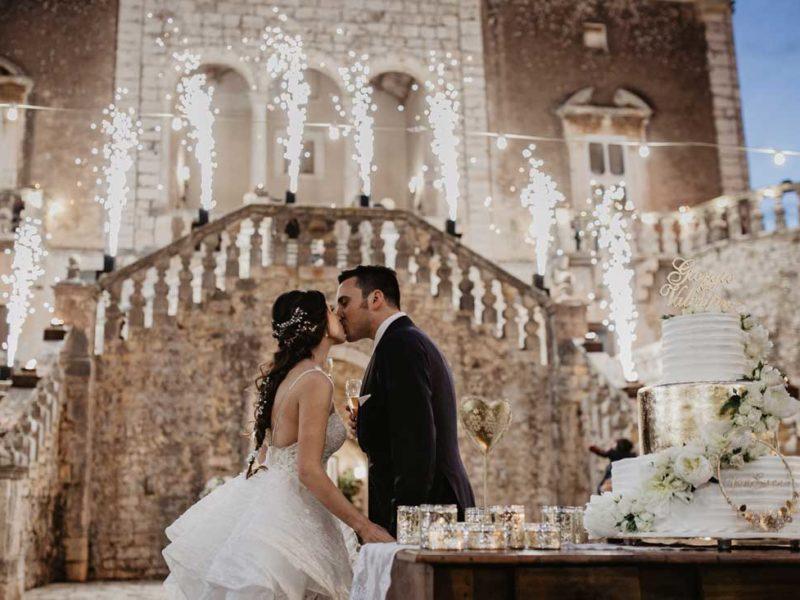 matrimonio glamour sposi con torta