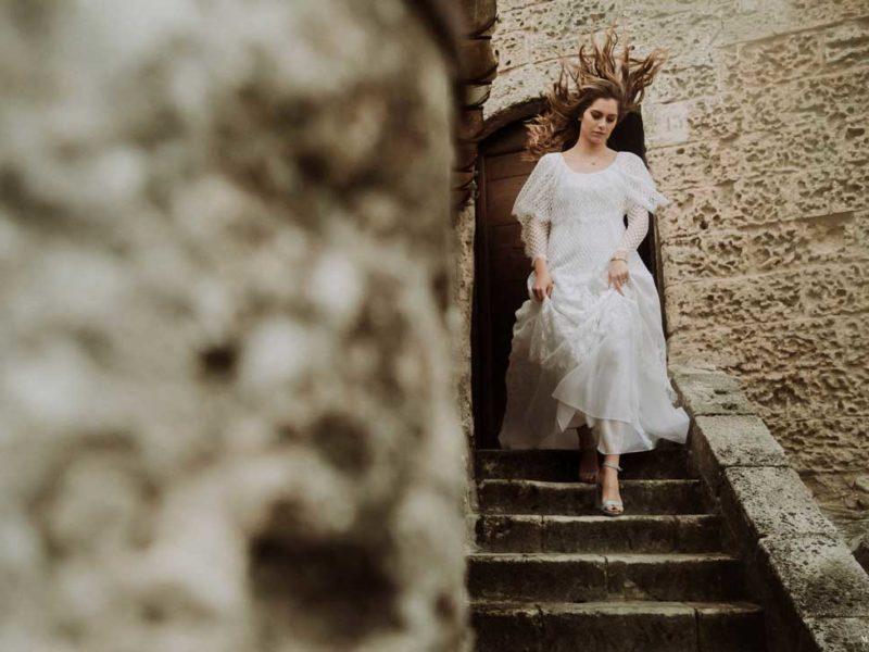 matrimonio boho chic inspiration matera sposa su scalinata