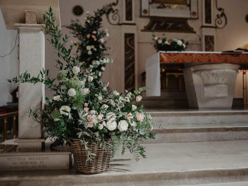matrimonio glamour fiori in chiesa