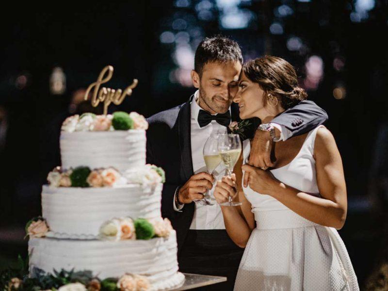 matrimonio glamour sposi con la torta