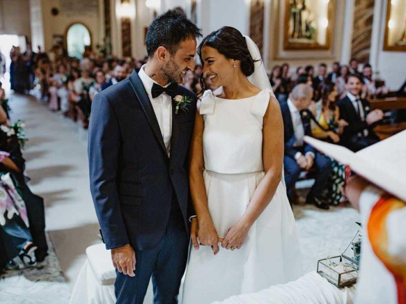 matrimonio glamour sposi in chiesa