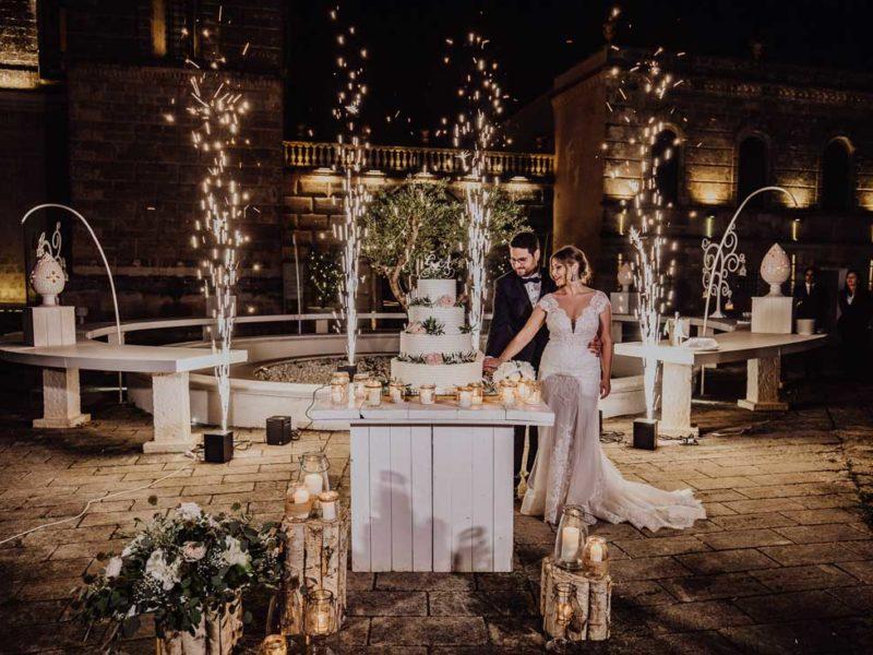 wedding in puglia sposi con torta