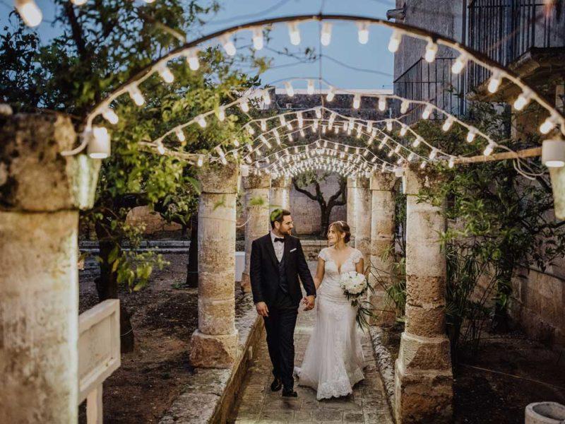 wedding in puglia sposi sotto archi