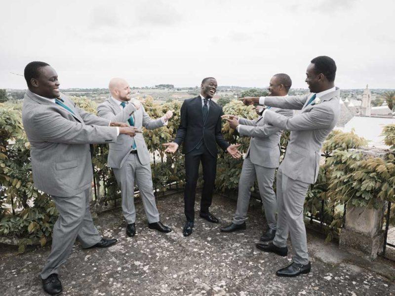 wedding in puglia sposo con amici