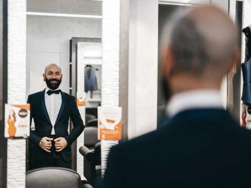 matrimonio glamour giulio e giulia sposo allo specchio