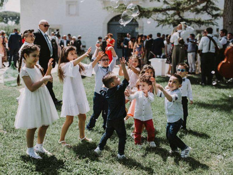 wedding in puglia bambini con bolle di sapone pasquale e renee