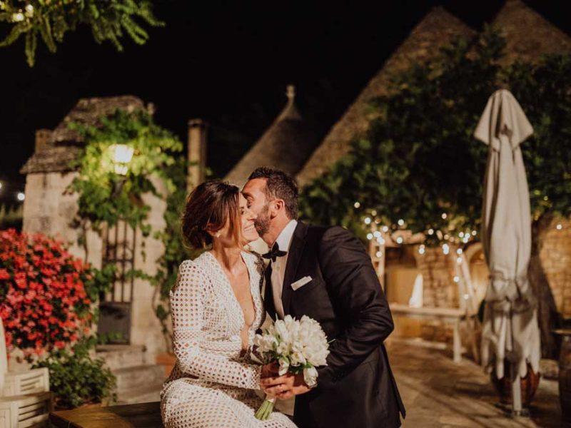 wedding in puglia angelo e celeste bacio con sfondo trulli