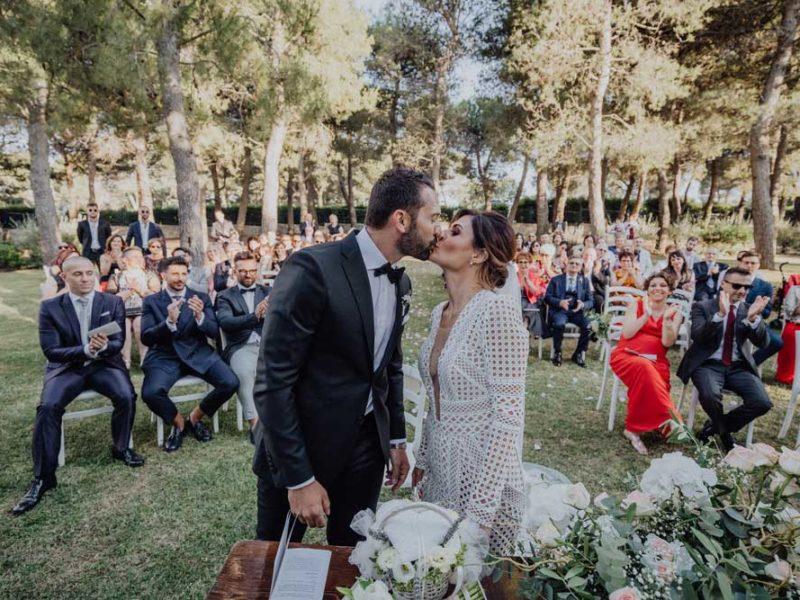 wedding in puglia angelo e celeste bacio dopo cerimonia