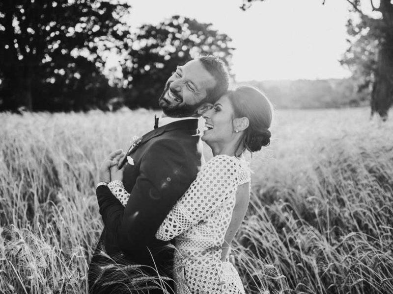 wedding in puglia angelo e celeste bianco e nero nei campi