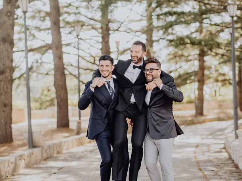 wedding in puglia angelo e celeste sposo con amici