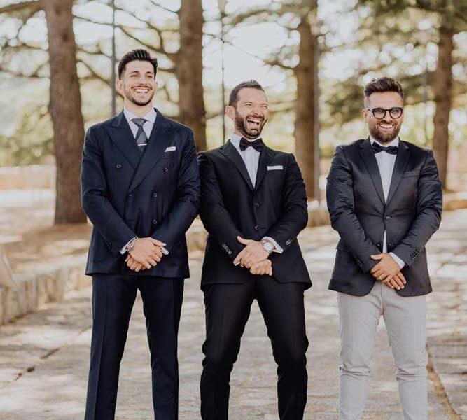 wedding in puglia angelo e celeste sposo divertito con amici