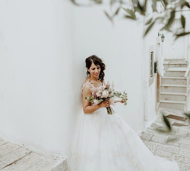 wedding in puglia marco e viviana sposa con bouquet