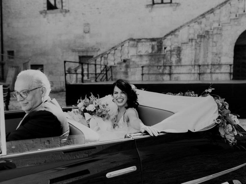 wedding in puglia marco e viviana sposa in macchina