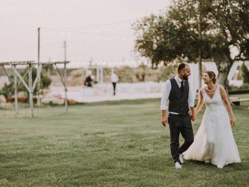 wedding in puglia pasquale e renee mano nella mano