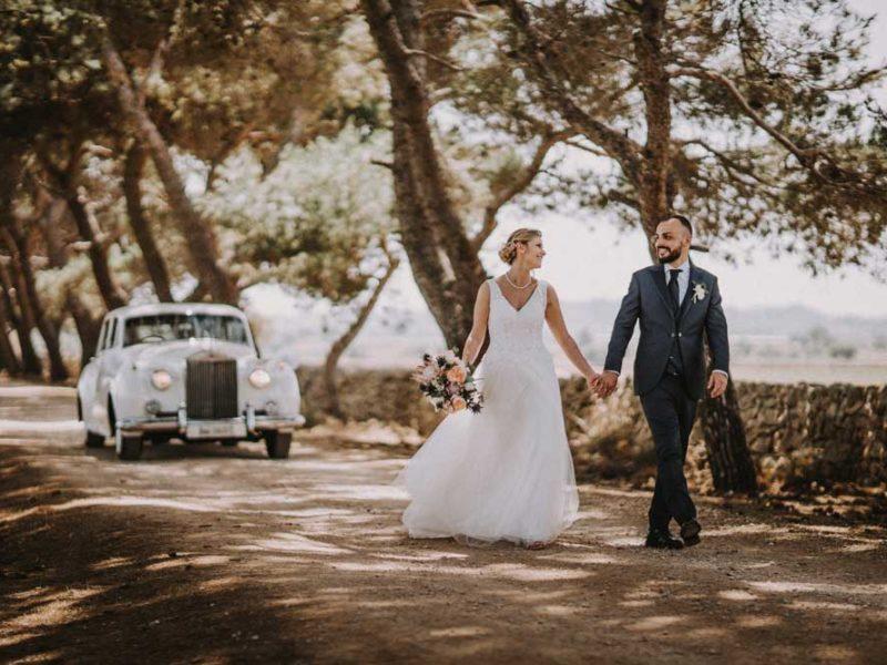 wedding in puglia pasquale e renee mano nella mano con macchina