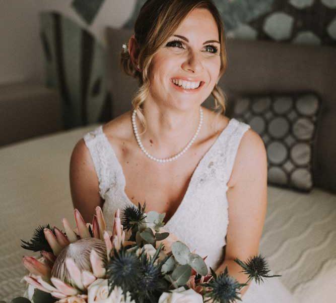 wedding in puglia renee con bouquet