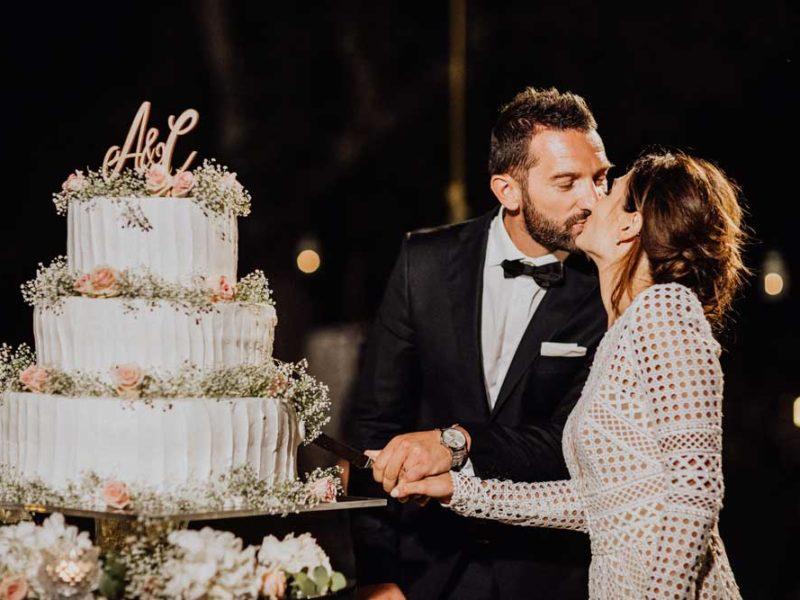 wedding in puglia taglio della torta e bacio angelo e celeste